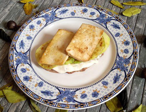 Tostada jugosa de calabacín y tofu ahumado